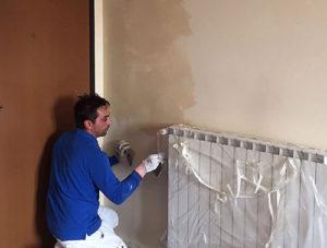 Roberto Zaffino, imbianchino in provincia di Varese, mentre lavora su una parete