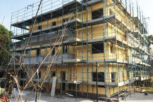 Ponteggio montato e lavori di ristrutturazione a Cirimido in provincia di Como
