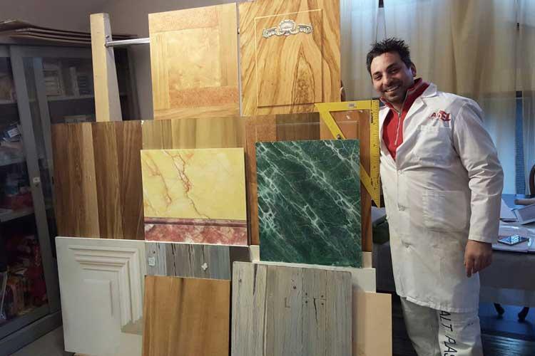 Roberto Zaffino, imbianchino Milano e provincia davanti a delle opere di decorazione di pregio durante un corso di aggiornamento