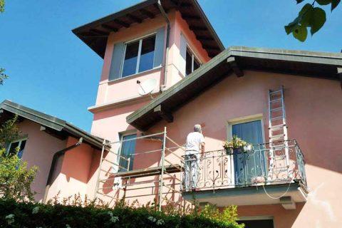 Imbiancatura parete esterna di una villa a Morazzone in provincia di Varese